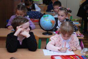 Obrazek przedstawiający dzieci wklasie